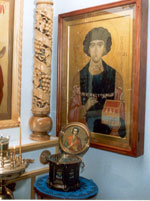Ковчег с мощами и икона святого великомученика и целителя Пантелеимона