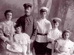 Семья Гримблит (слева направо): Вера Антониновна (мать), Татьяна, Николай Иванович (отец), Георгий, Борис, София
