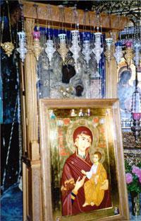 Новонаписанную икону афониты внесли в храм и приложили ее к древнему чудотворному образу