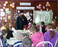 На открытом уроке священник рассказал детям о Евангельских событиях, предшествующих Воскресению Христову