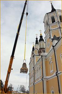 На колокольню Воскресенской церкви г. Томска подняты новые колокола