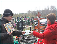На Радоницу православная молодежь провела духовно-просветительские беседы с людьми, приехавшими на городские кладбища