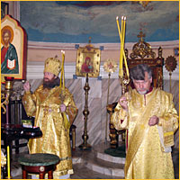 Божественную Литургию возглавляет архиепископ Ростислав