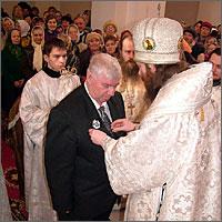Владыка Ростислав вручает орден святого благоверного князя Даниила Московского III степени Кобелеву Николаю Васильевичу