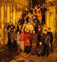 Юные паломники из Томска причастились за Литургией на Гробе Господнем