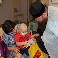 Радость Рождественских дней возвещена детям в больничных палатах
