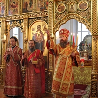 Митрополит Ростислав совершил пасхальные вечерню и утреню в храме Александра Невского