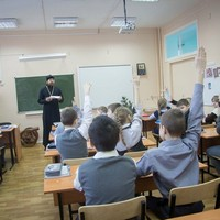Священник рассказал школьникам о понятии святости и подвиге земной жизни святых