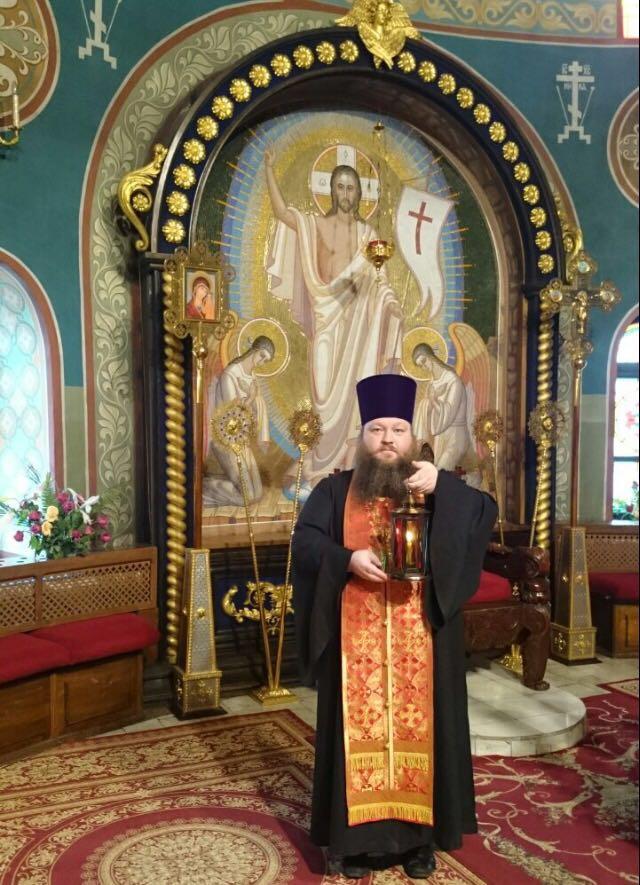 Священник Андрей Туров в алтаре Знаменского собора г. Кемерово с лампадой, зажженной от Благодатного огня.