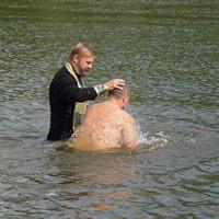 35 человек приняли крещение в реке Яя в День крещения Руси