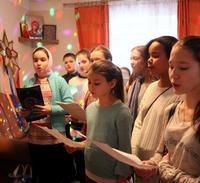Колядки на Святках:  воспитанники монастырской воскресной школы поздравили прихожан