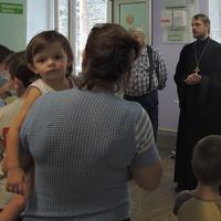 Священник и прихожане храма поздравили пациентов детской больницы в Тимирязевском
