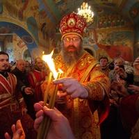 В томских храмах зажгли лампады от Благодатного огня
