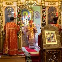 Митрополит Ростислав совершил пасхальные вечерню и утреню в Свято-Троицкой церкви
