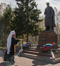 Митрополит Ростислав совершил панихиду на мемориальном кладбище в Томске