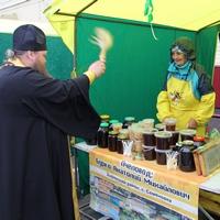 Священник благословил мёд нового урожая на ярмарке «Медовый спас» в Томске