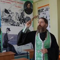 Священник освятил помещение школы в колонии, восстановленное после пожара
