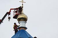 На строящемся храме в посёлке Улу-Юл установили крест с куполом