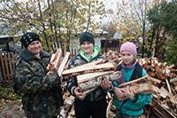 Нуждающиеся семьи обеспечены дровами и углем благодаря православным службам помощи
