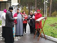 На территории перинатального центра в Северске освятили «Аллею жизни»