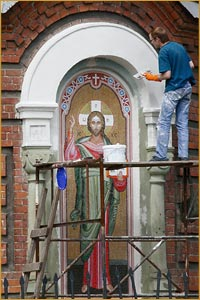 Томские скульпторы изготовили и смонтировали мозаичные иконы на фасаде Петропавловского Собора г. Томска.