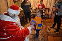 Священник из села Зырянское дарит детям подарки