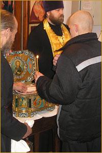 Заключенные томских колоний для несовершеннолетних получили возможность помолиться перед мощами святого апостола Андрея Первозванного