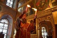 В Богоявленском кафедральном соборе встретили Благодатный огонь