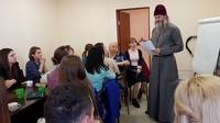 «Лучше 10 раз ошибиться в добре». Томские волонтеры обсудили со священником наболевшие вопросы помощи нуждающимся