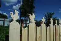 Забор, созданный по эскизам детских рисунков, появился на территории храма в с. Коларово.