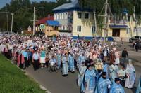 Сотни человек прошли крестным ходом в честь обретения чудотворной Богородской иконы Божией Матери.