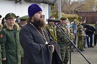 В армию с Божиим благословением: священник напутствовал томских призывников