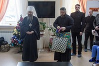 Митрополит Томский и Асиновский Ростислав посетил онкологический диспансер и поздравил пациентов с Рождеством Христовым