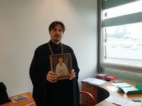 Томские музыканты подарили икону старца Феодора священнику из Парижа