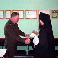 Начальник УИН А.А.Сальников вручает архиепископу Ростиславу благодарственную грамоту