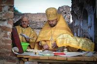 Участники Феодоровского крестного хода совершили Божественную литургию в разрушенном храме с. Ишим