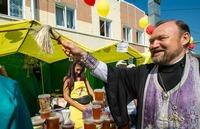 Священнослужитель освятил мед на ежегодной медовой ярмарке в Томске
