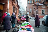 Нуждающимся людям раздали тёплую одежду на благотворительной ярмарке