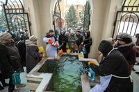 В томских храмах продолжается раздача крещенской воды