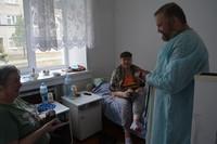 Настоятель Свято-Никольского прихода с. Зырянского поздравил со Святой Пасхой пациентов районной больницы