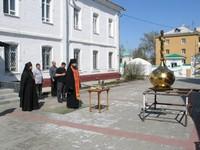 В томском монастыре освятили надвратный купол