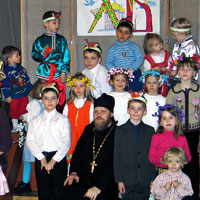 Настоятель прихода преп. Сергия Радонежского иерей Евгений Воронков с воспитанниками воскресной школы