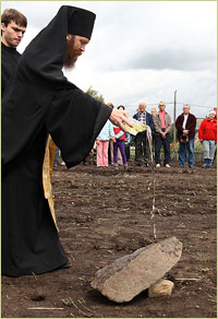 Архиепископ Ростислав совершил закладку храма в пос.Заварзино